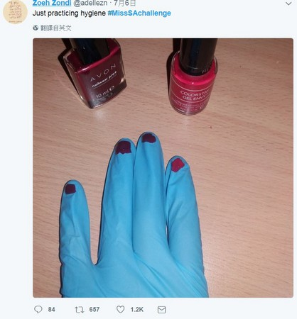 ▲▼南非小姐餵小孩戴手套惹議,網友爭相諷刺。(圖/翻攝自推特)
