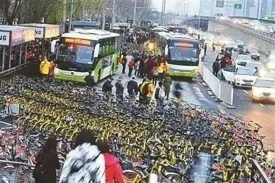 ▲共享單車今日大陸明日台灣 2千萬輛bike淹沒人行道 廢鐵相當5艘航母。(圖/翻攝微博)