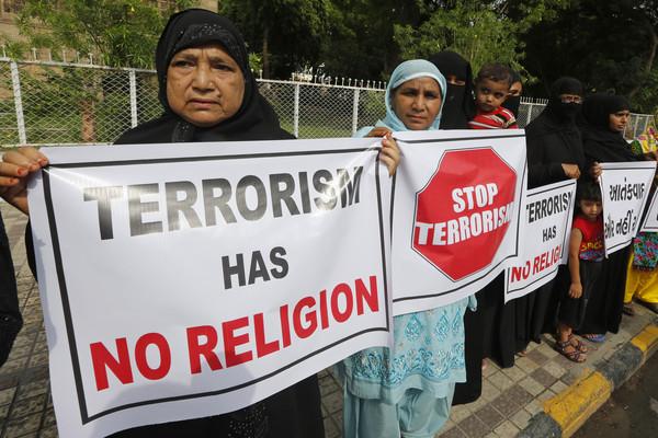 ▲印度教濕婆節(Amarnath)每年都吸引成千上萬信徒參加朝聖,不過卻在10日晚間傳出有7名朝聖者在印度控制的喀什米爾地區遭到槍殺身亡,警方調查後懷疑是恐怖份子所為,當地的民眾也相當痛心的在事發地附近舉牌表示抗議。(圖/達志影像/美聯社)