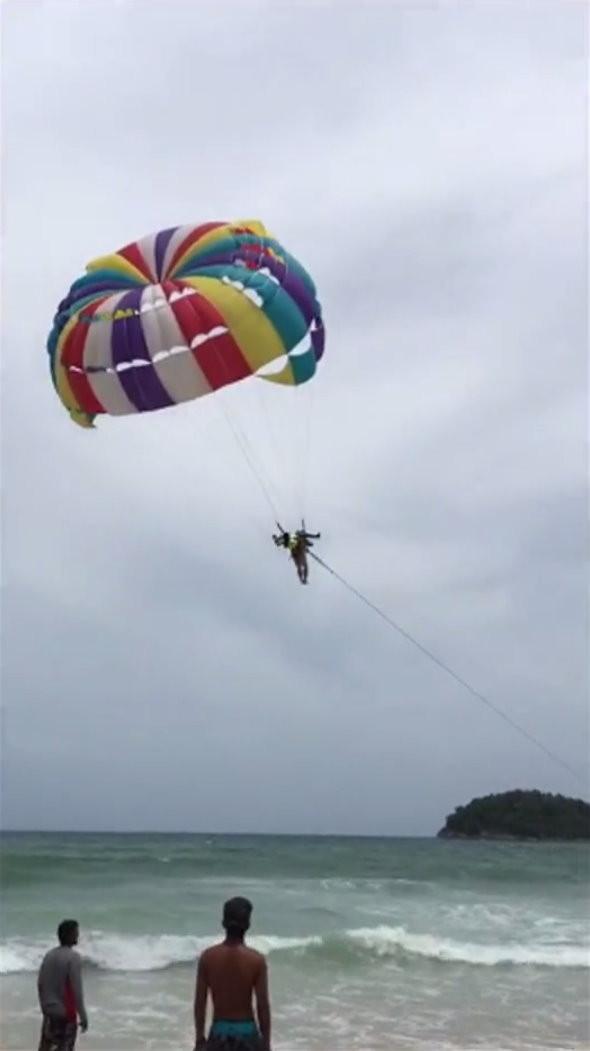 澳洲70歲遊客羅傑(Roger John Hussey)到泰國普吉島玩拖曳傘,結果墜落身亡。(圖/翻攝《曼谷郵報》Bangkok Post)