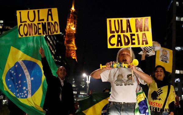 ▲巴西人民上街慶祝,前巴西總統魯拉被判犯有貪污罪,判處有期徒刑近10年。(圖/路透社)