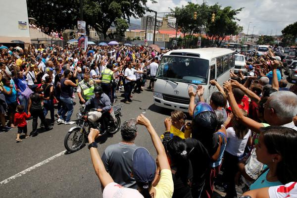 ▲▼委內瑞拉反對黨為了阻止總統馬杜洛(Nicolas Maduro)解散國會、號召全國500萬民眾發起「民間公投」。(圖/路透社)
