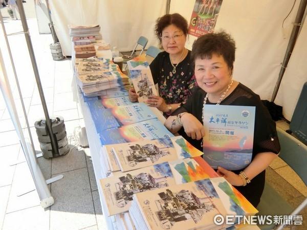 僑務委員同時也是花蓮市觀光大使賴玉珍,在東京上野公園的「日本台灣祭2017」活動中行銷花蓮太平洋縱谷馬拉松。(圖/花蓮市公所提供)