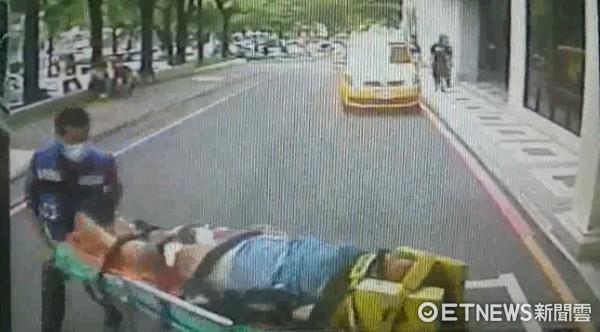 ▲台南市消防局救護車,將李女送至成大醫院急診處,目前仍在開刀搶救中。(圖/記者林悅翻攝)