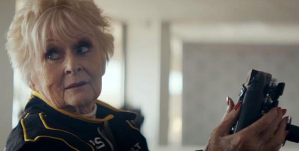 ▲79歲老奶奶開F1賽車狂飆!別再說叫你阿嬤來。(圖/翻攝自Youtube/Renault UK)
