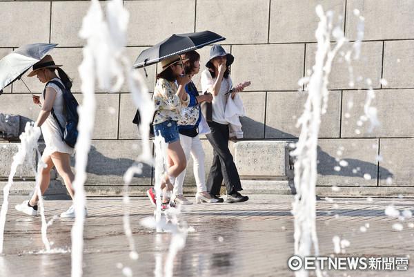 熱浪,戶外噴泉,陽光,夏日,夏天,炎熱,天氣,高溫,中暑,烈日。(圖/記者李毓康攝)