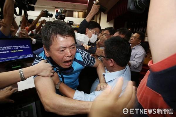▲國民黨、民進黨為搶前瞻預算主席大打出手。(圖/記者季相儒攝)