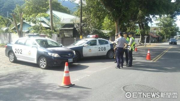 台東關山警分局員警安排警車對撞車禍現場,模擬情境教導實習學弟妹。(圖/台東縣警察局提供)