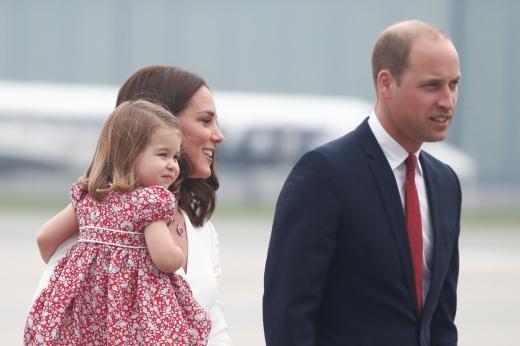 ▲▼ 英國威廉王子一家出訪波蘭,小王子嘟著嘴,看起來很害羞。(圖/路透社)