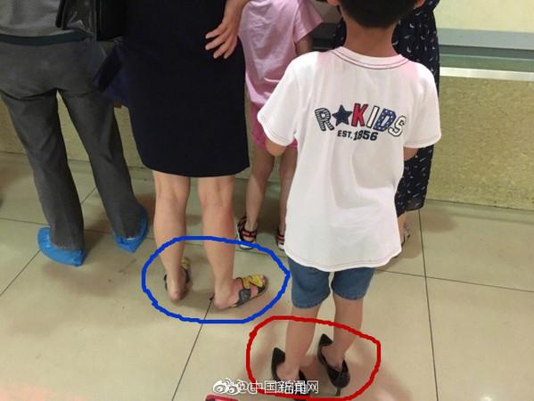 ▲▼ 杭州一對女子互換鞋穿。(圖/取自微博)