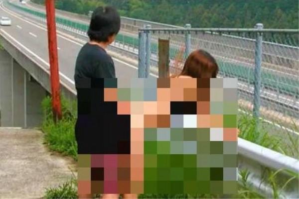 ▲男女高速公路邊做愛。(圖/翻攝自網路)