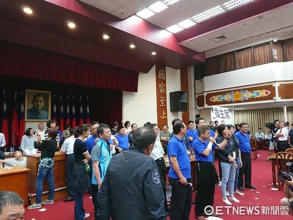 ▲國民黨團自行宣布前瞻預算會議散會。(圖/記者翁嫆琄攝)