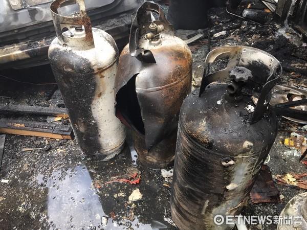▲▼瓦斯鋼瓶炸裂燃燒面積400平方公尺,逢甲氣爆釀14傷6學生。(圖/記者柳名耕翻攝)