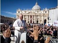 教宗坦承:我偷走棺材裡神父的十字架念珠