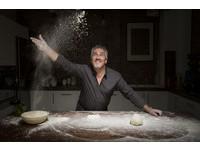 煽情搓揉麵團勾性幻想 中年麵包師傅成萬人迷