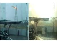 直擊!落雷劈高壓電塔「爆火球」 屏東2.5萬戶停電