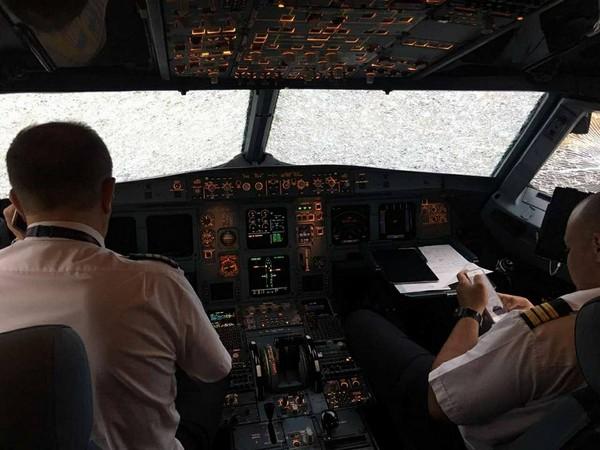 ▲▼機首空中被冰雹砸爆!神駕駛「盲降」拯救全機127人…獲頒勳章。(圖/翻攝自臉書/Oleg Lungul)