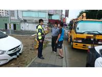 民眾車輛受困泥濘 台南熱心警協助排除