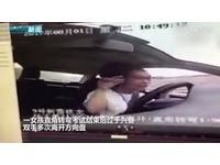 考駕照「直角轉彎」後她興奮狂扭 手離開方向盤...結果GG!