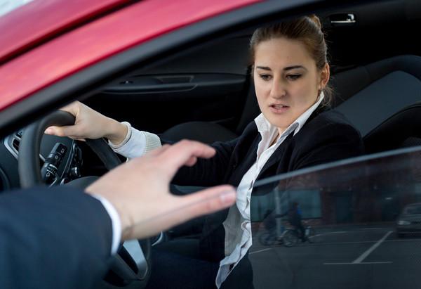 遇到不會開「手排車」還想劫車劫色的笨賊 女大生幸運跳車逃生(圖/達志示意圖)