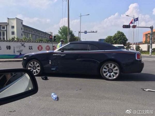 ▲▼浙江省寧波市一輛勞斯萊斯與一名外送員的摩托車相撞,車主霸氣回「不用賠」。(圖/翻攝自《遼沈晚報》)