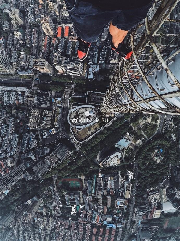 ▲▼4名年輕人爬上南京紫峰大廈自拍。(圖/取自微博「Charlie_7U」)