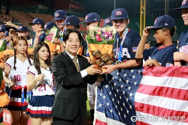 ▲台南市長賴清德頒發冠軍獎牌給美國隊。(圖/市府提供)