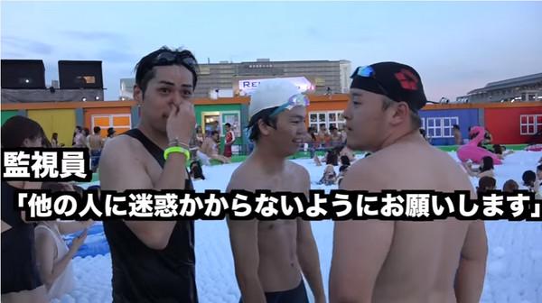 ▲日本Youtuber到夜間泳池認真游泳。(圖/翻攝自6面ステーションYoutuber)