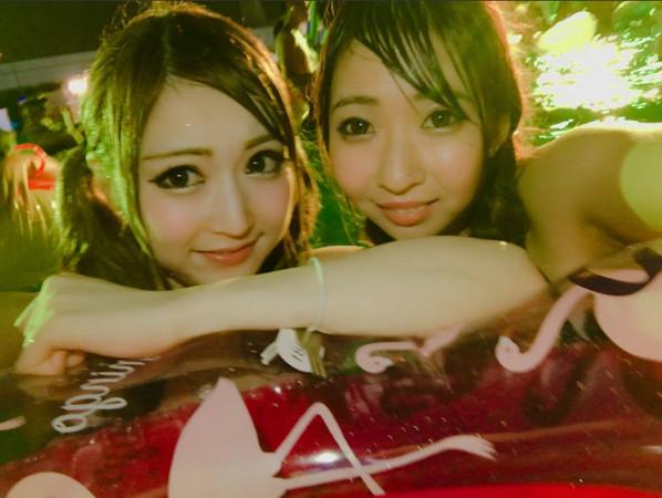 ▲日本夜間泳池成女生拍照打卡聖地。(圖/翻攝自推特)