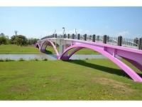 七夕來這!5000小傘點綴粉色橋梁 打造「宜蘭最美鵲橋」