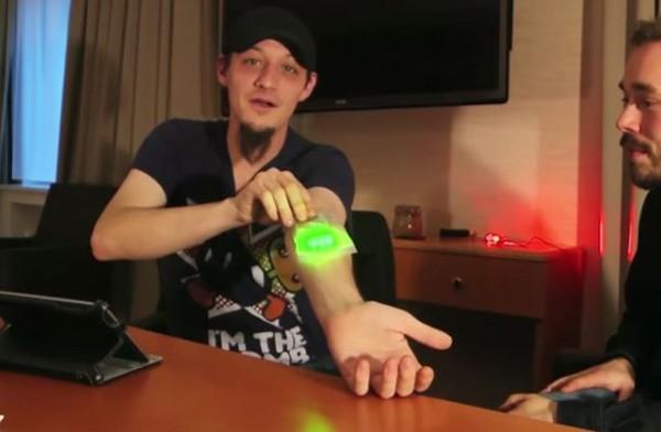 ▲▼ 美國「生化人」將手臂植入巨大晶片。(圖/翻攝自Youtube/Motherboard)