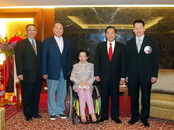 ▲2006年,時任總統的陳水扁夫婦成為台北小巨蛋總統包廂的第一位總統使用者。(圖/東森巨蛋提供)