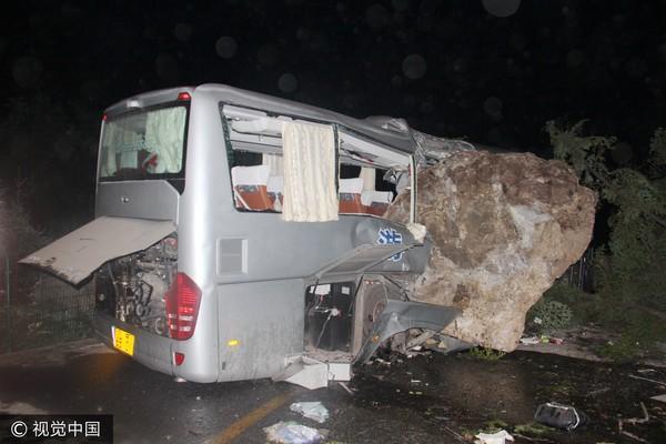 ▲九寨溝地震,四川地震,落石擊中觀光巴士。(圖/CFP)