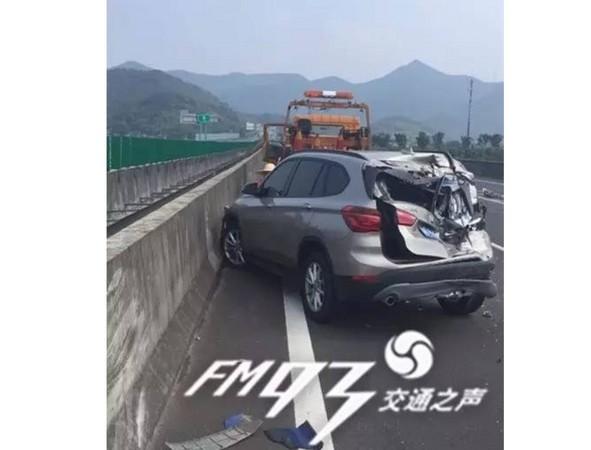 ▲▼浙江一名女駕駛向閨密借了輛新買的BMW,價使在高速高路上遭追撞。(圖/翻攝自陸媒《FM93交通之聲》)