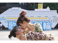 36度豔陽!15對情侶穿「宮廷裝」跳舞 女女吻超激情