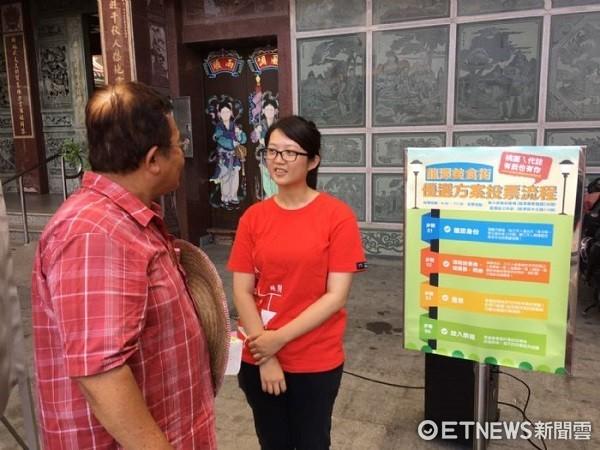 ▲工作人員向民眾解說投票流程。(圖/桃園市青年事務局提供)