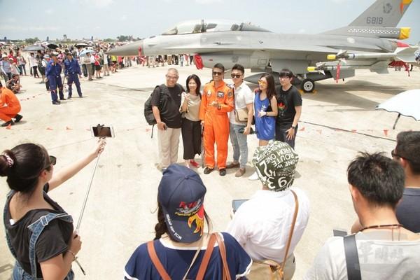 空軍官校營區開放 民眾熱情參與支持國防