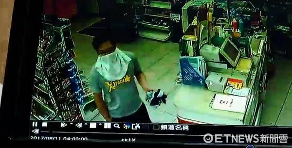 ▼嫌犯身上的灰底黃字T恤太明顯,犯案後2天在住家附近被逮捕。(圖/記者陳豐德翻攝)