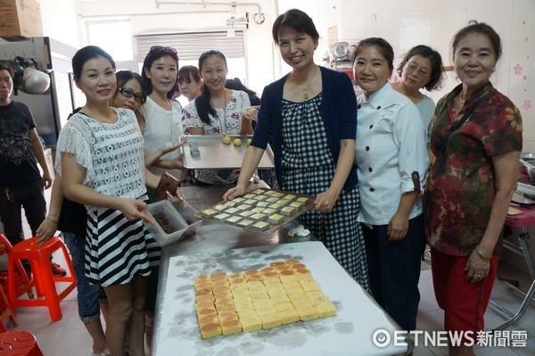 ▲迎接秋節來臨,桃園市新移民姐妹學做「健康月餅、水果酥」。(圖/記者楊淑媛攝)