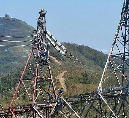 ▲50名搶修工人頂著大太陽工作。(圖/翻攝經濟部臉書)