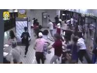 趕時間?男子在地鐵忽然奔跑...全車人嚇得跟著「逃命」