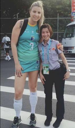 ▲國外女選手與嬌小女警合照。(圖/翻攝自爆笑公社)