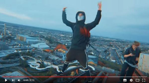 ▲英國4名年輕人徒手攀爬全英國最高雲霄飛車軌道。(圖/翻攝自Youtube/Rikke Brewer)