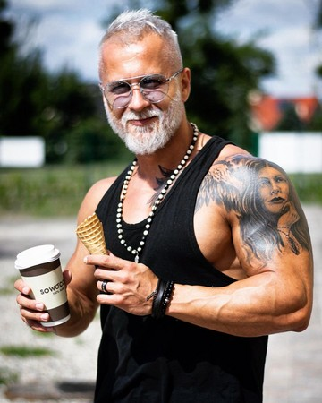 外表看似老人?白发「筋肉阿公」肌情爆表 真实年纪傻眼图片