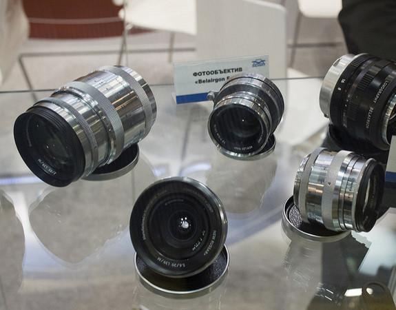 俄國老廠 Zenit 將在 2018 年推出全幅微單眼相機。(圖/翻攝自 Lomography、photorumors)