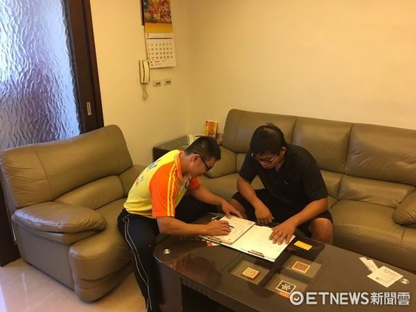 ▲▼雙方在簽訂契約書時,搬家業者說明內容並留下確切的基本資料。(圖/崔媽媽基金會提供)