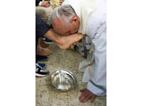 打破傳統 教宗為女囚犯洗腳