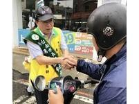 顏純左從台南新營出發 走向民眾站在路口拜票