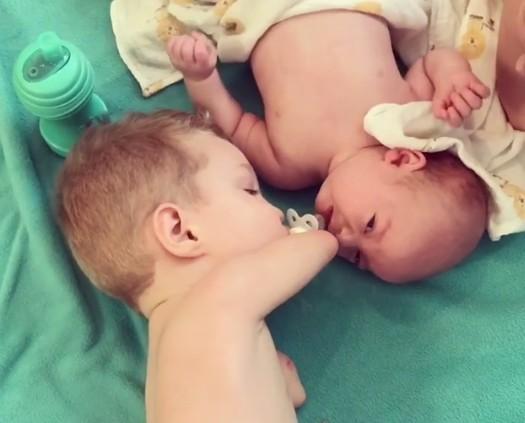▲暖!「海豹肢症」男孩餵弟弟吃奶嘴。(圖/翻攝自katiewhiddon ig)