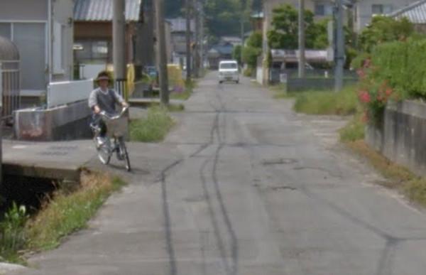 歐巴桑腳踏車過彎跌水溝 Google街景「4張照片」完全圖解。(圖/翻攝自Google Map)
